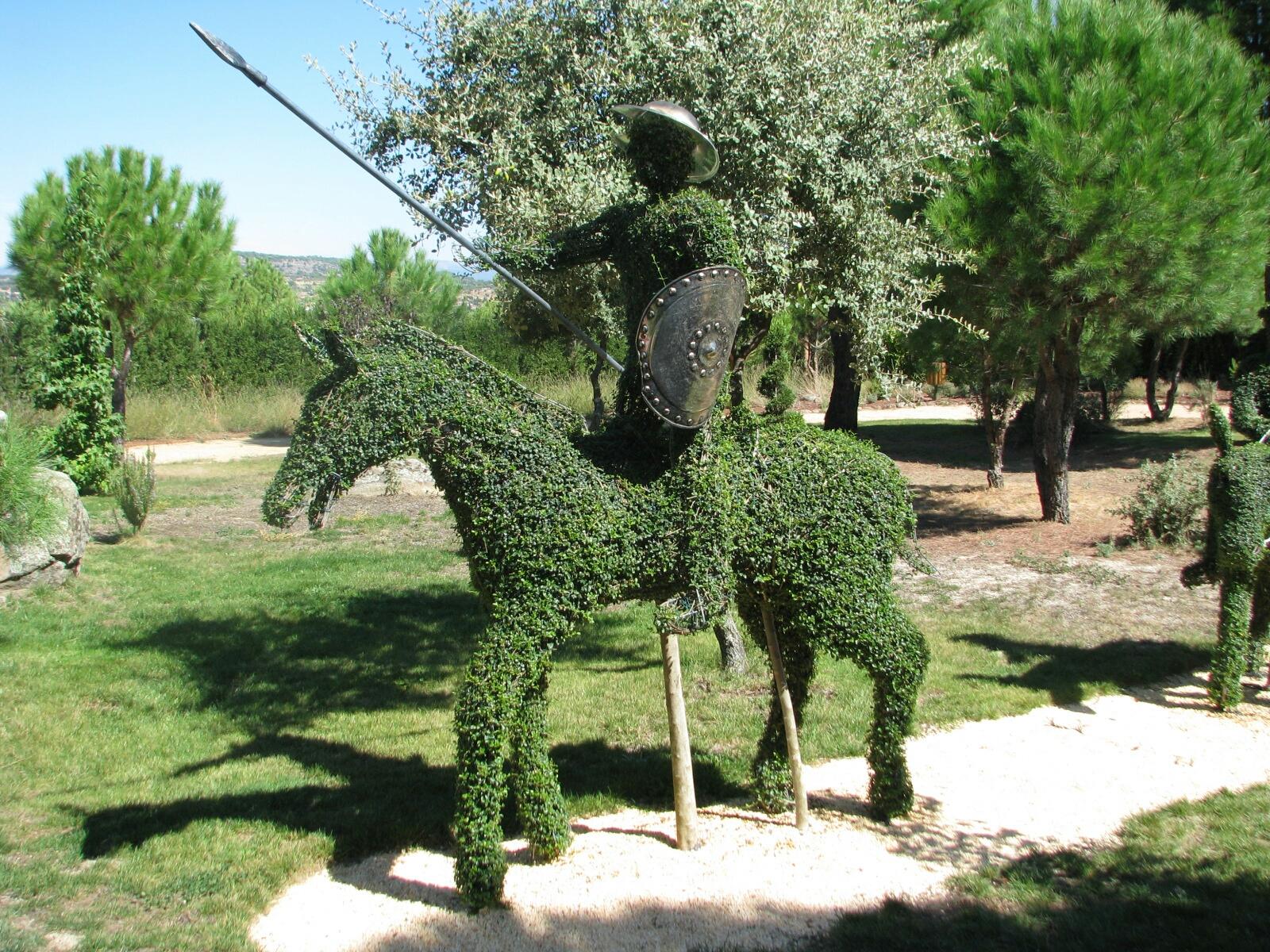 Es el bosque encantado un jardin con estatuas de arbust - Estatuas de jardin ...