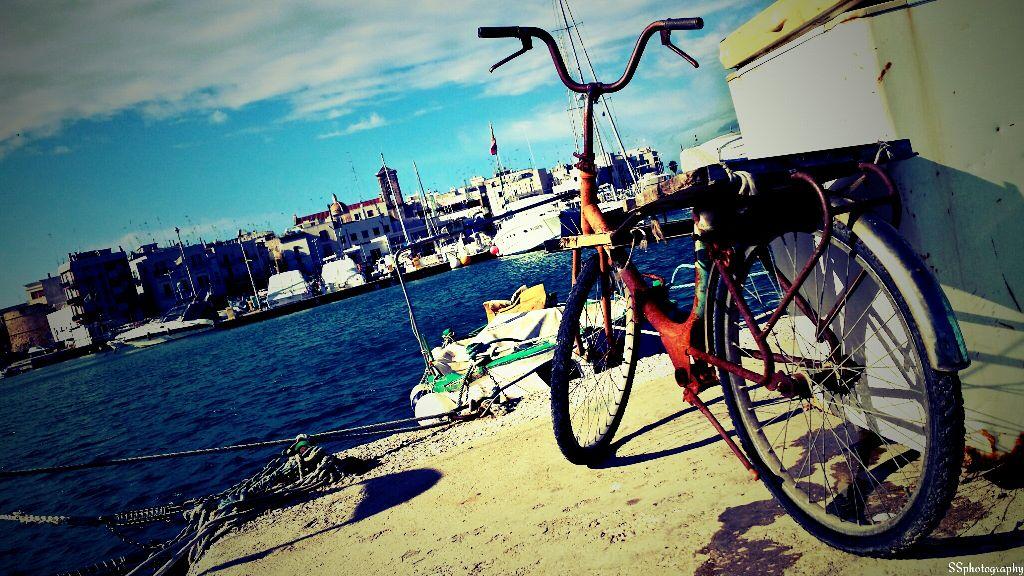 mola di bari/puglia bicicletta sul molo